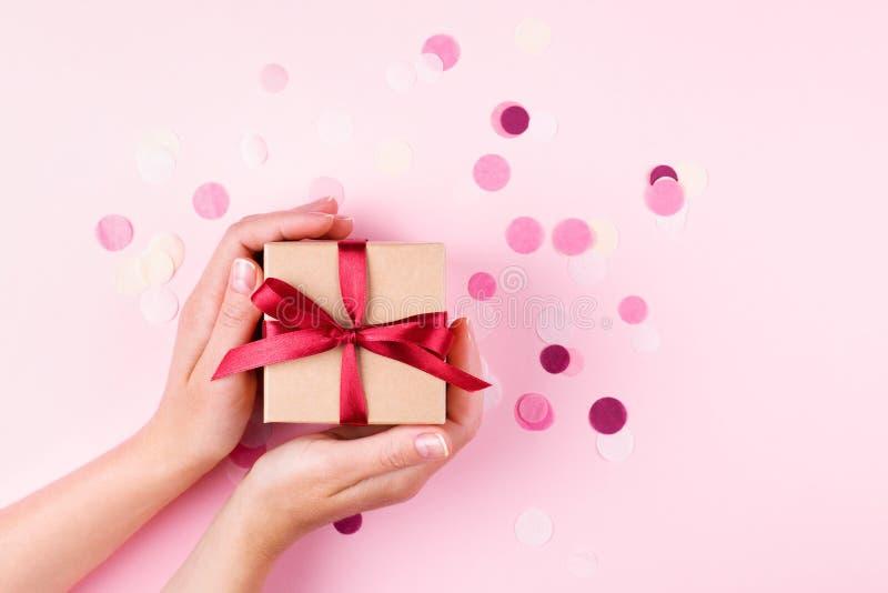 Frau ` s Hände, die Geschenkbox halten stockfotografie