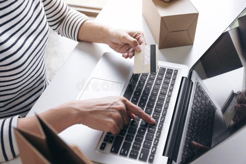 Frau ` s Hände unter Verwendung des Kreditkarteregisters und Zahlungen on-line--sho lizenzfreies stockfoto
