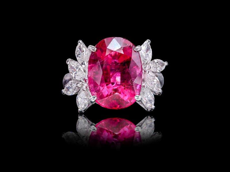 Frau ` s Ring mit den rosa und weißen funkelnden Diamanten stockfoto