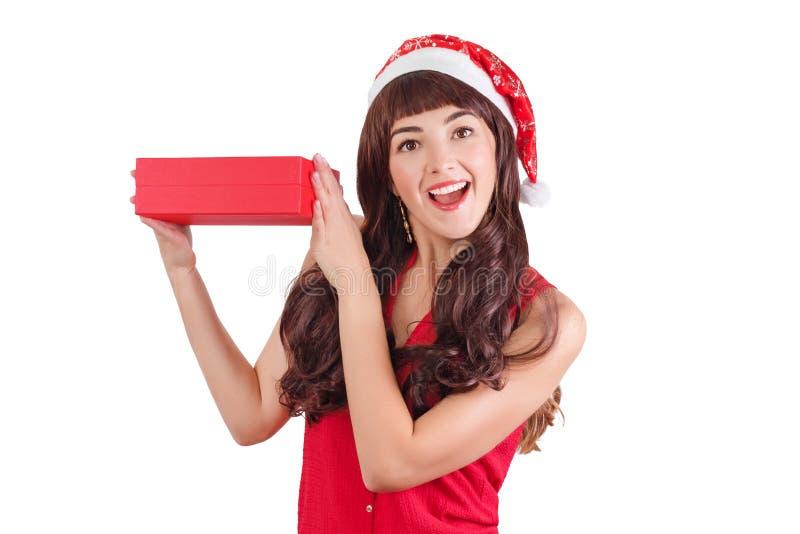 Frau in Sankt-Hut, der Weihnachtsgeschenkbox lokalisiert auf weißem mit copyspace hält Glückliches herausgenommenes Mädchen, das  lizenzfreie stockfotografie