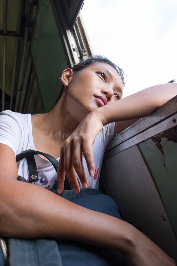 Frau schaut aus dem Fenster eines Zugs heraus lizenzfreie stockfotos