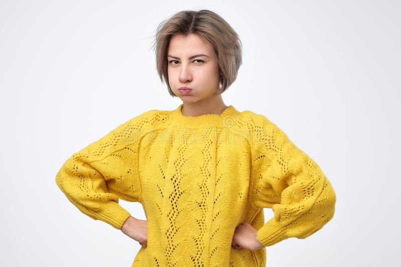 Frau schaut in der Verwirrung und brennt ihre Backen durch und gemacht wird mit etwas unzufrieden, lizenzfreie stockfotos