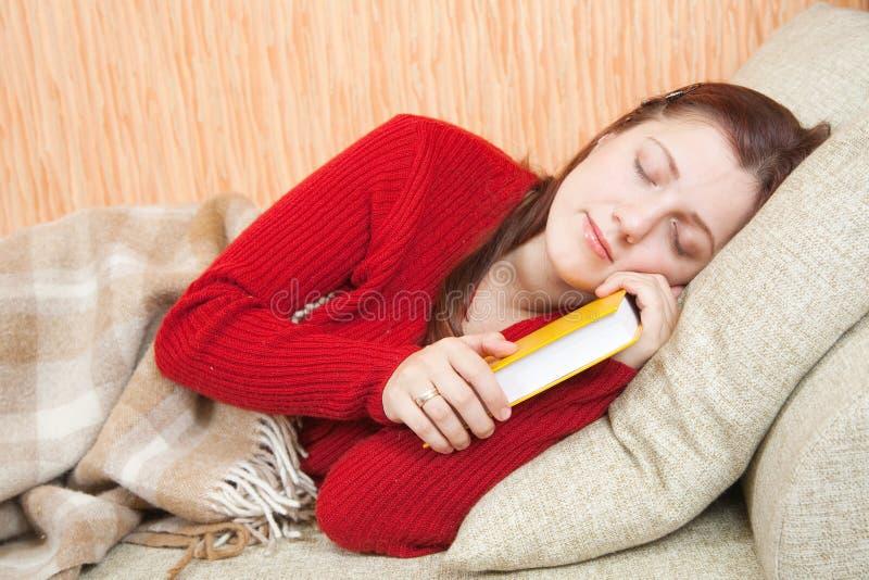 Frau schläft auf Sofa lizenzfreies stockfoto