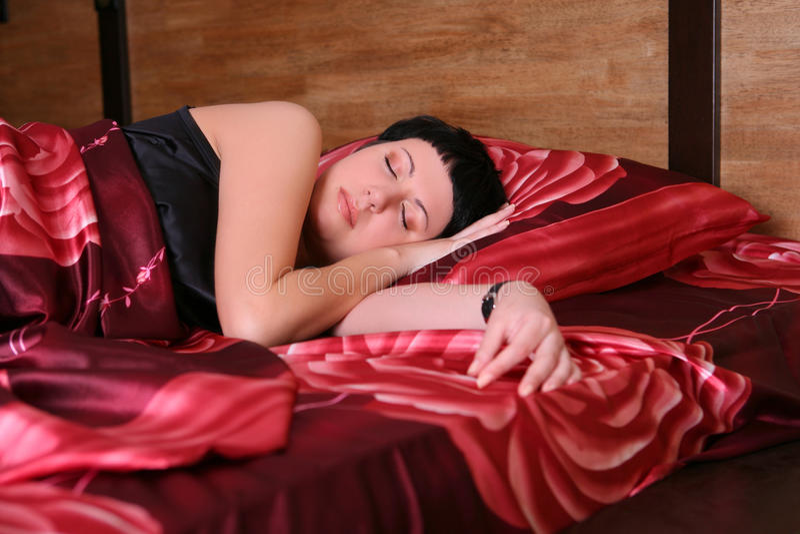 Frau schläft im Bett stockbilder