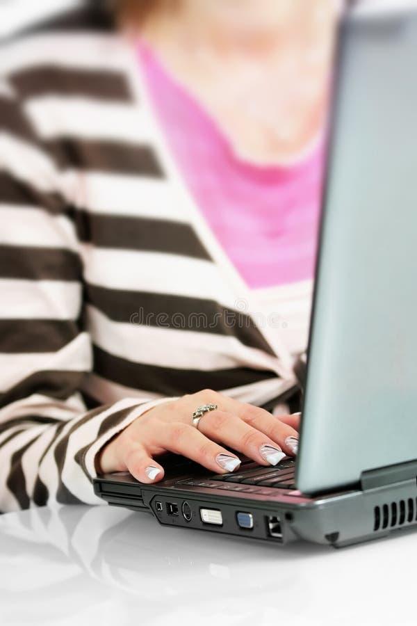 Frau schreibt auf Computertastatur stockbild
