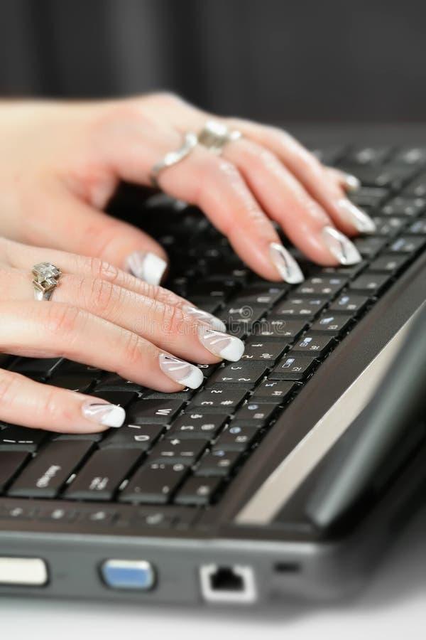 Frau schreibt auf Computertastatur lizenzfreie stockbilder