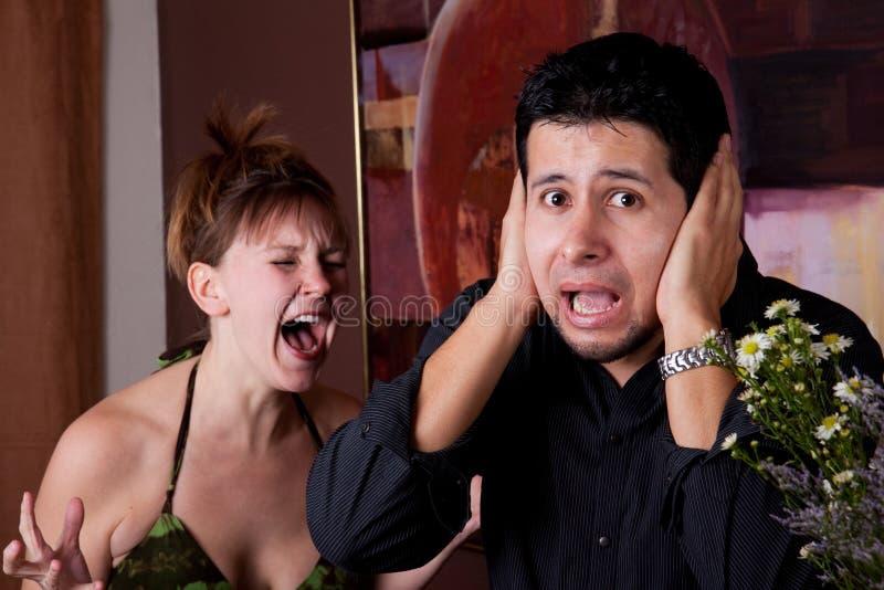 Frau schreit am Mann stockfotografie