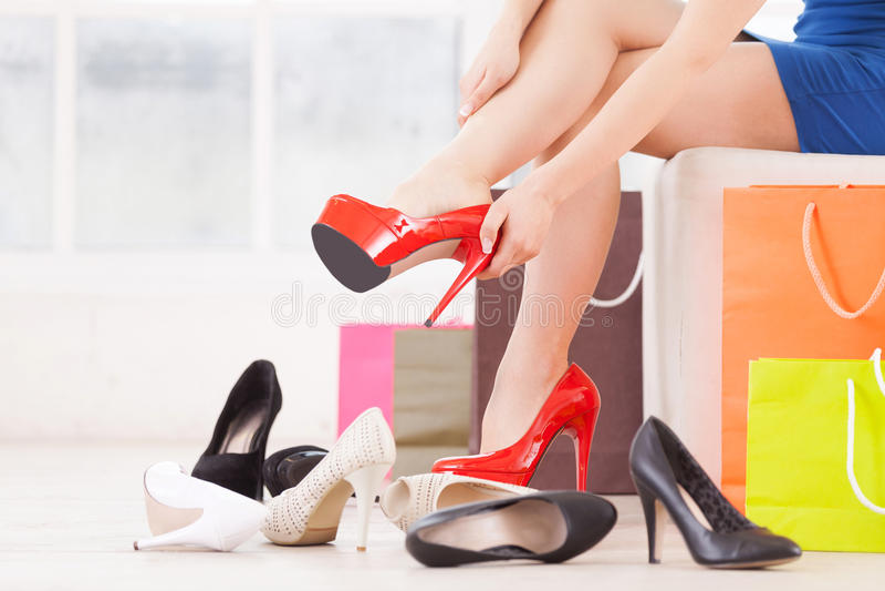 Frau am Schuhgeschäft. lizenzfreie stockfotos