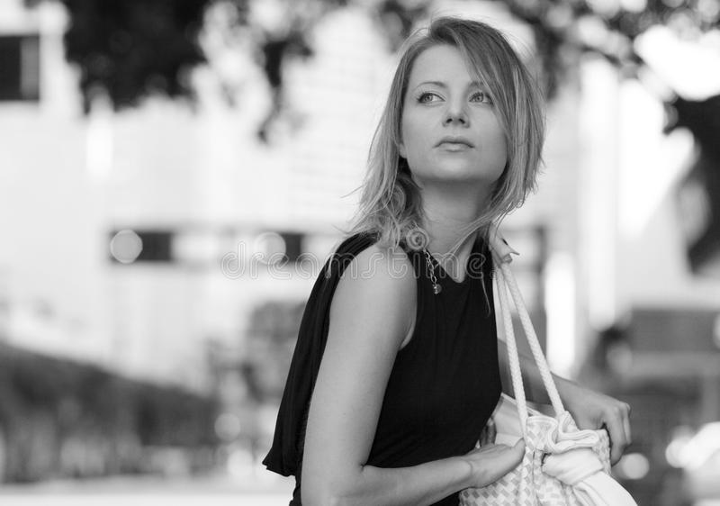 Frau in Schwarzweiss stockfoto