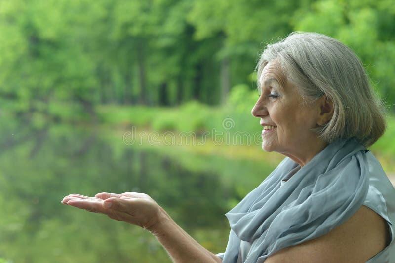 Frau am See lizenzfreie stockfotos