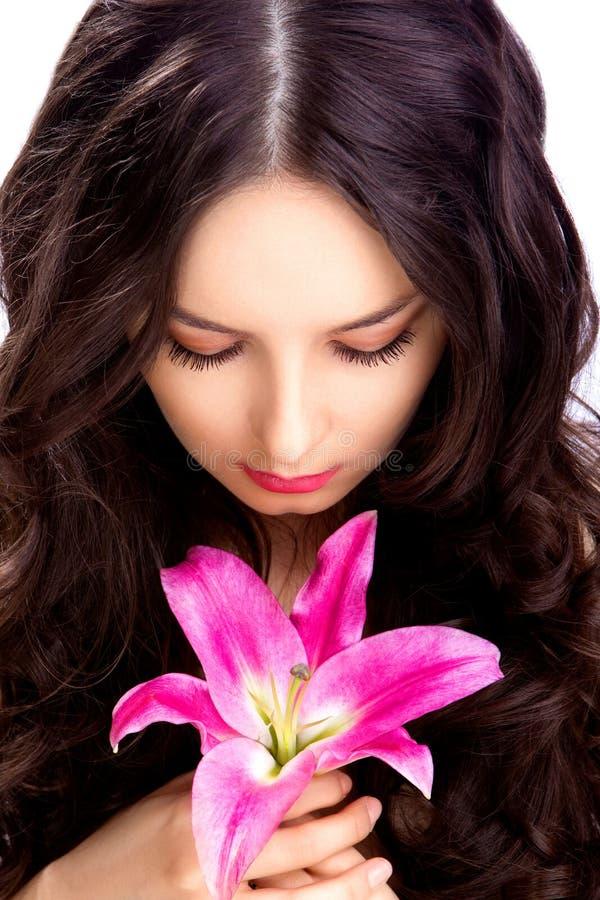 Frau sehen auf Blume lizenzfreie stockfotografie