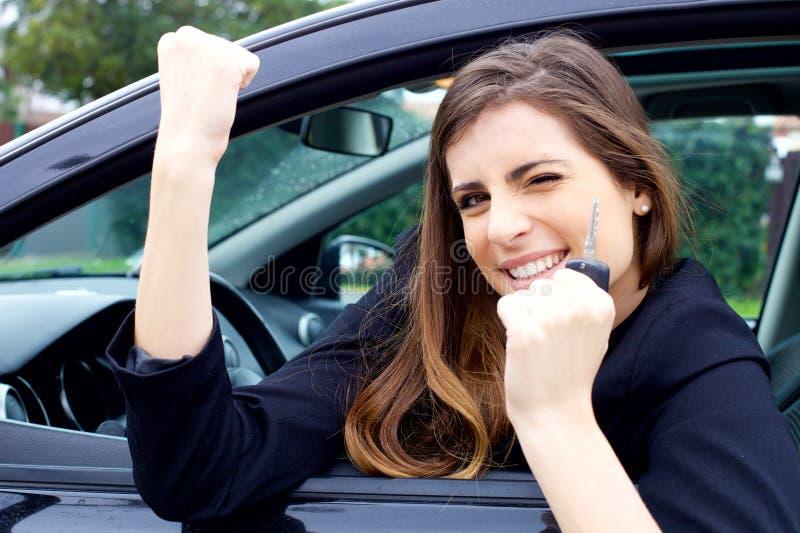 Frau sehr glücklich über Neuwagen stockbild