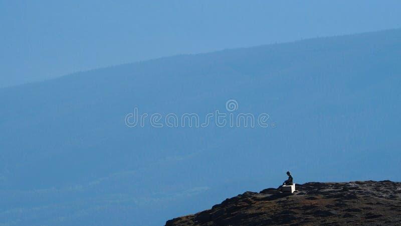 Frau, Selbstbeobachtung auf Rand der Klippe stockfotografie