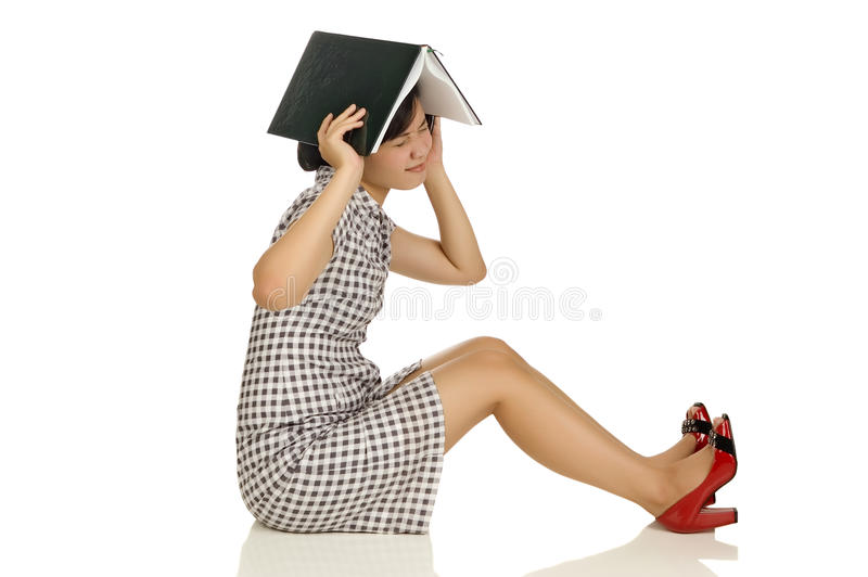 Frau setzte Buch am Kopf stockfoto