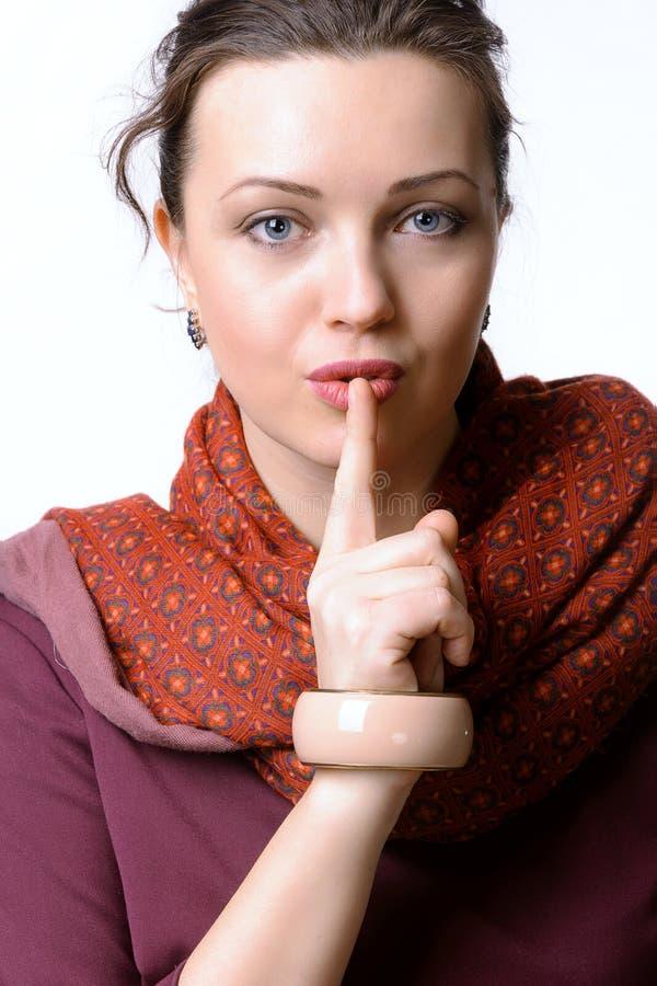Frau setzte ihren Finger zu ihren Lippen stockfotos