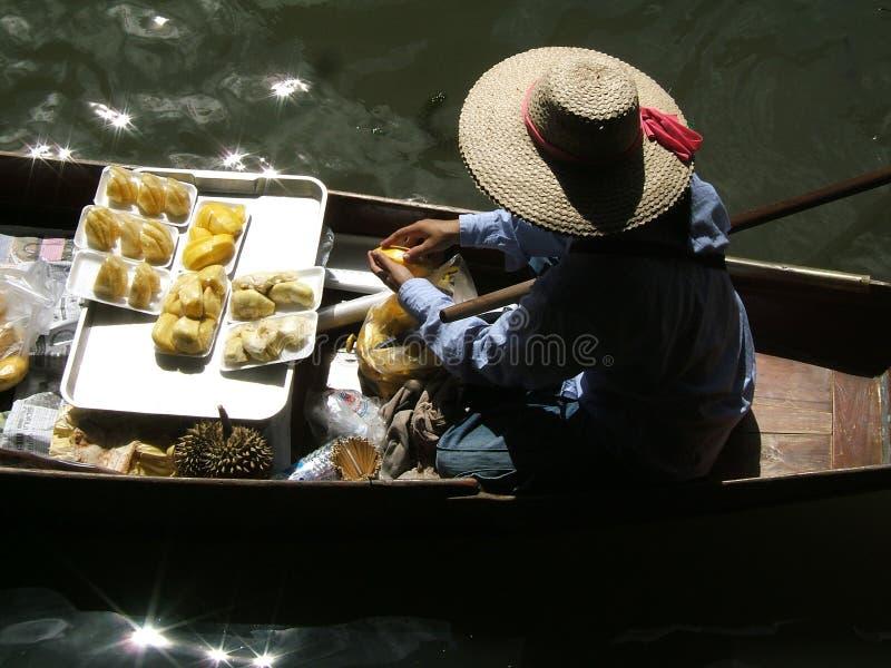 Frau am siamesischen sich hin- und herbewegenden Markt lizenzfreies stockbild