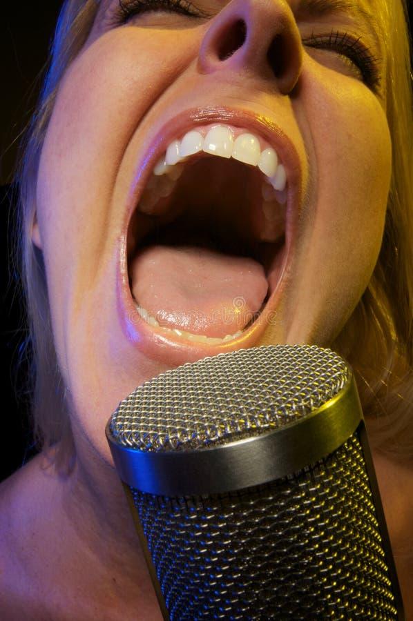 Frau singt mit Neigung stockfotos