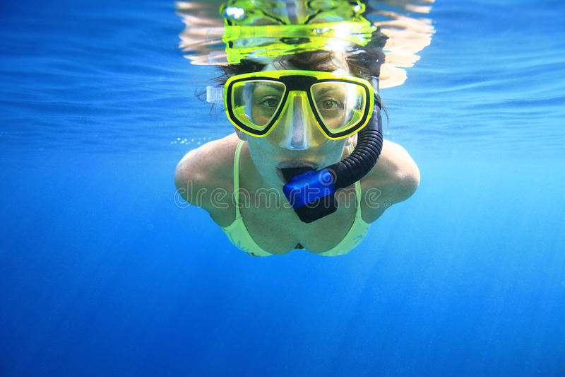 Frau snorkeler im Meer lizenzfreies stockfoto