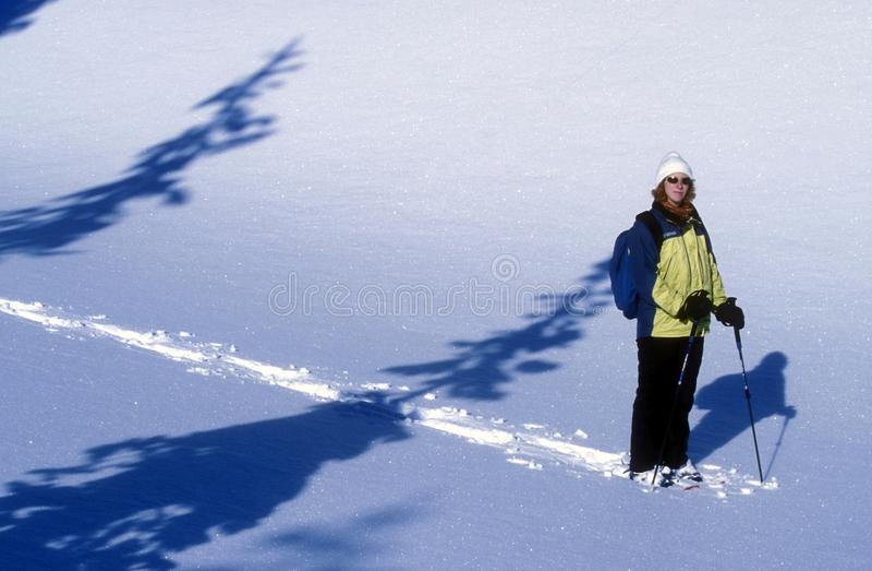 Frau Snowshoeing Stockfotos