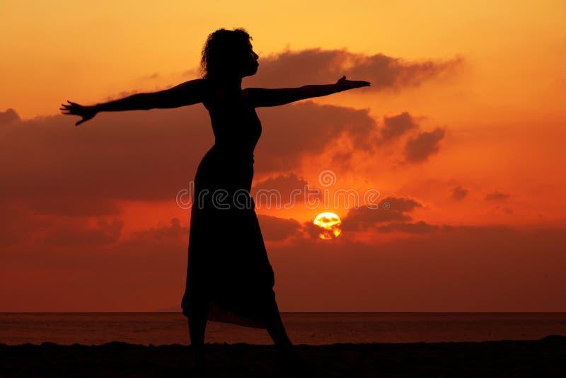 Frau am Sonnenuntergang lizenzfreie stockfotografie