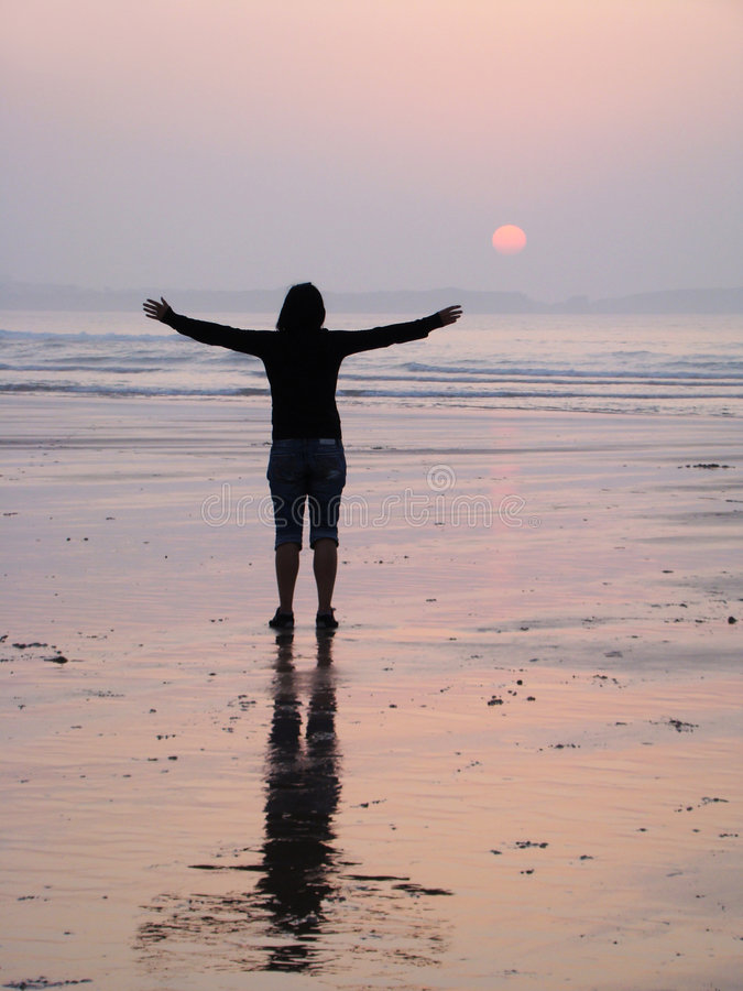 Frau am Sonnenuntergang lizenzfreie stockfotos