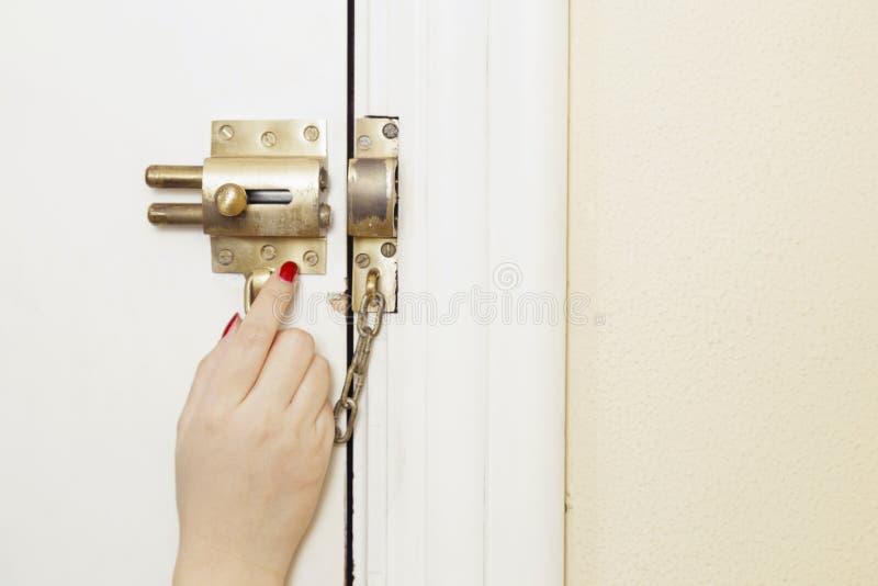 Frau sorgte sich zu Hause in ihrer Haustür lizenzfreies stockfoto
