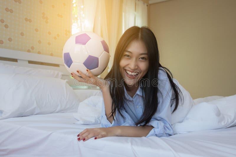 Frau spielt mit einem Fußball lizenzfreies stockbild