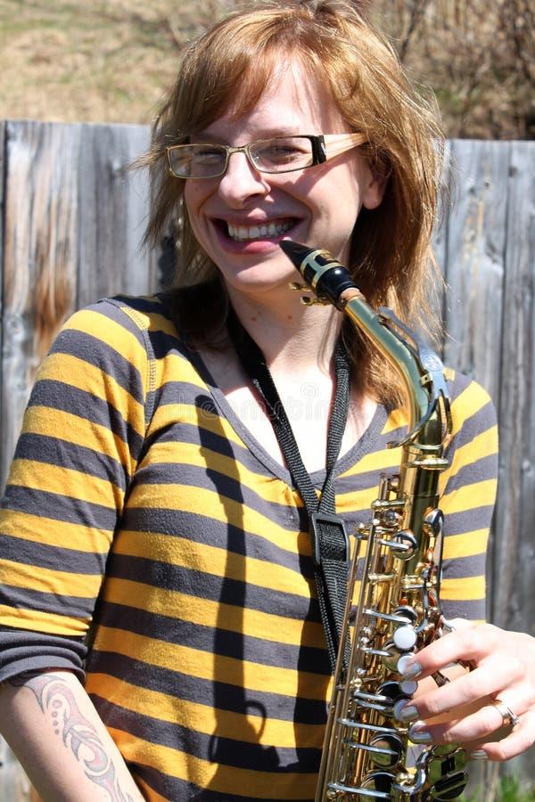 Frau spielt Saxophon draußen lizenzfreies stockfoto