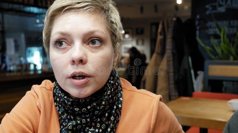 Frau spricht mit Freund mit Gefühlen und Ausdruck lizenzfreie stockbilder