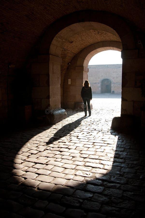 Frau standig unter Bogen lizenzfreie stockfotografie