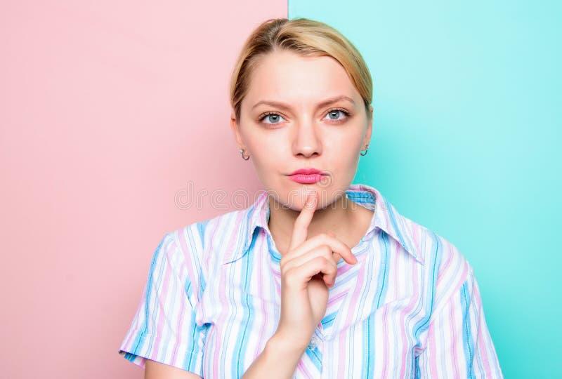 Frau starkes Gesichtsfinger-Kinndenken Bedarfszeit, Entscheidung zu treffen Gefunden Idee Denken an Idee Mädchen lizenzfreie stockfotos