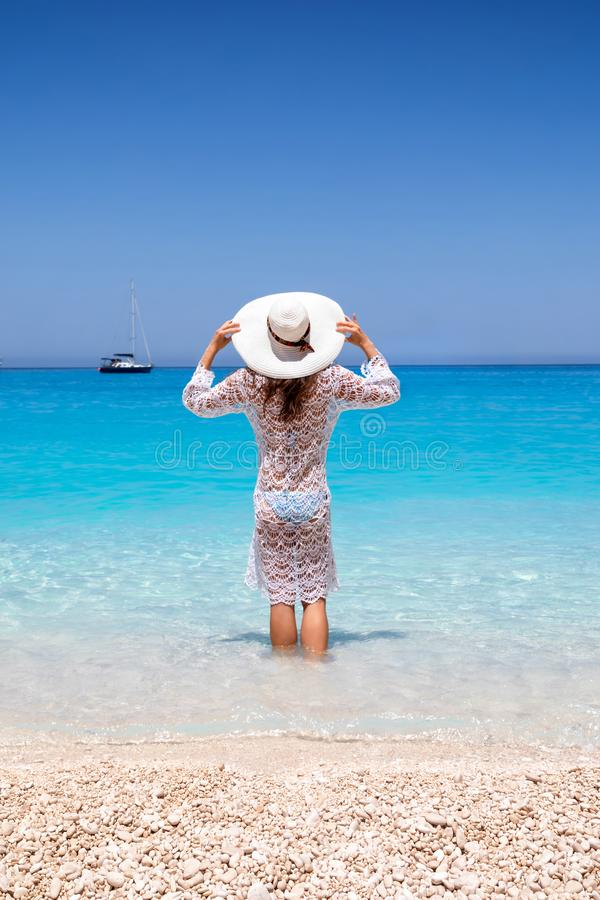 Frau steht im blauen Meer des Schiffbruch-Strandes auf Zakynthos-Insel lizenzfreie stockbilder