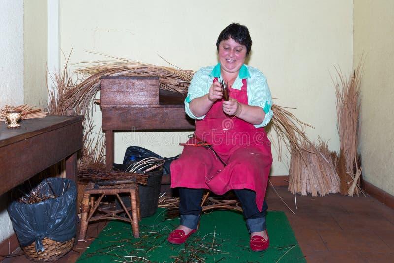 Frau stellt Reedmöbel in einer Einfassungsfabrik bei Madeira, Portugal her stockfoto