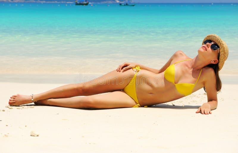 Frau am Strand stockbilder