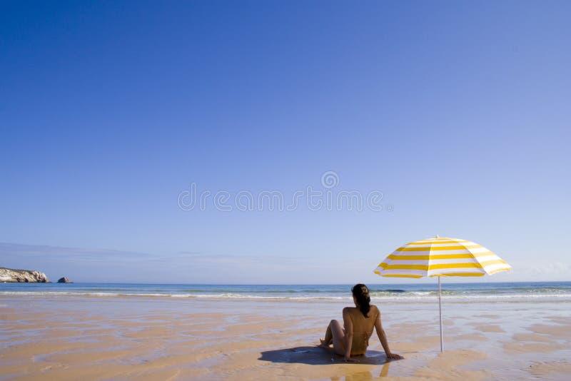 Frau am Strand lizenzfreies stockbild