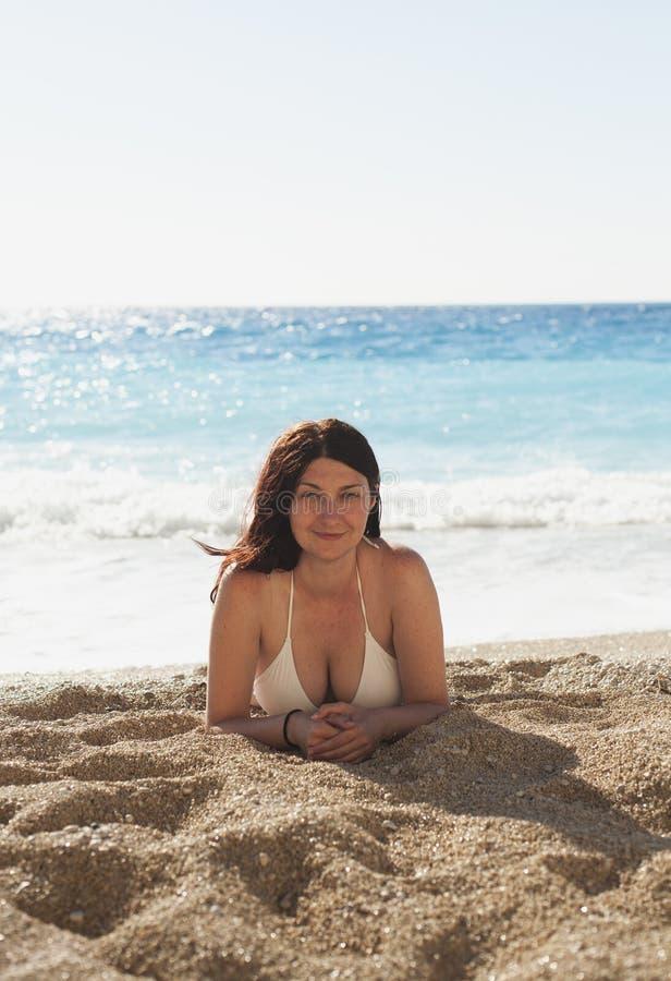 Frau am Strand lizenzfreie stockbilder