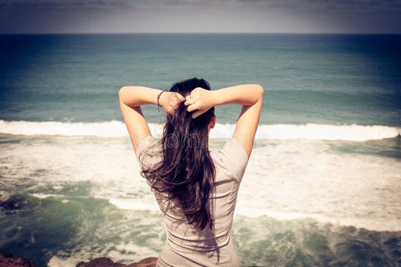 Frau am Strand Abschluss oben Von der Rückseite lizenzfreie stockfotografie