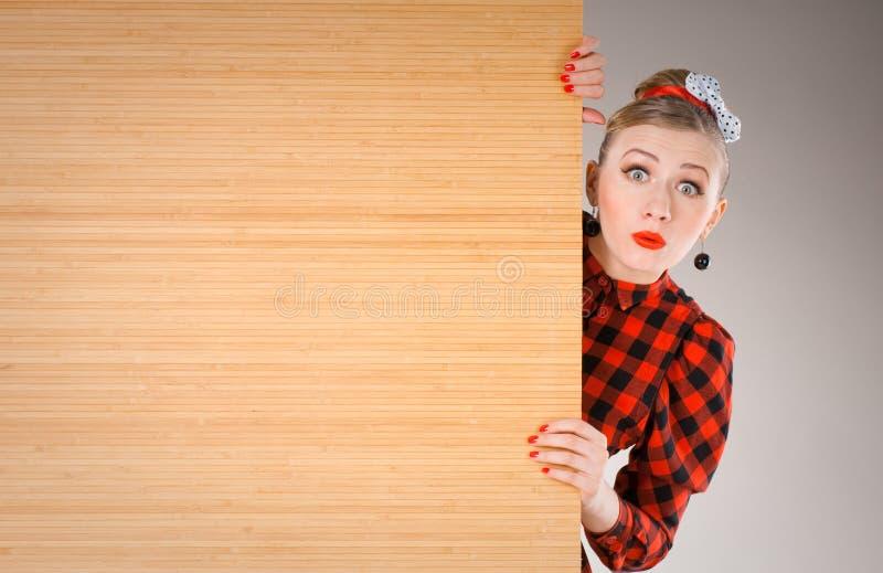 Frau sucht heraus nach der Anschlagtafel lizenzfreies stockbild