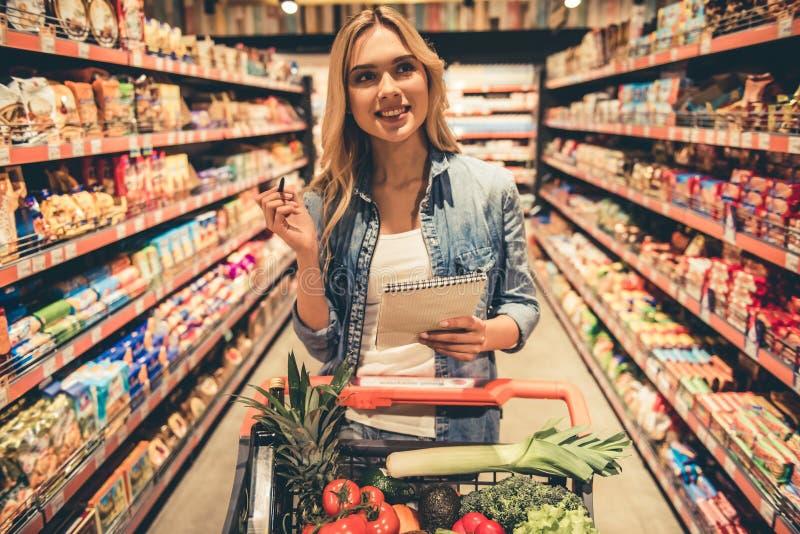Frau am Supermarkt lizenzfreies stockbild