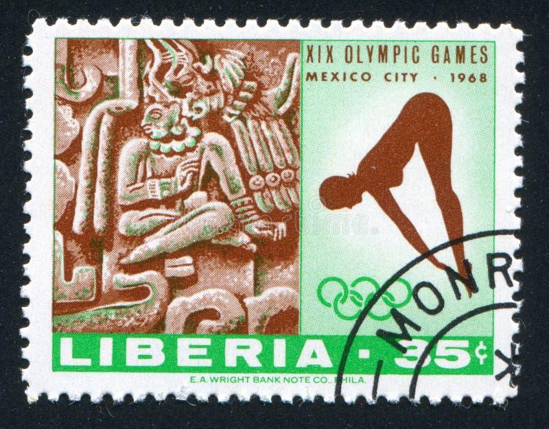Frau Taucher und Xochicalco von den Ruinen nahe Cuernavaca lizenzfreie stockfotos