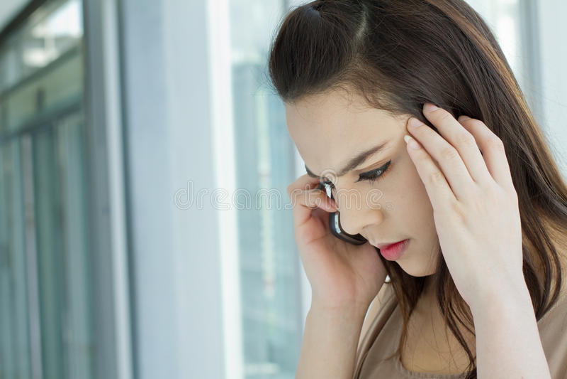 Frau am Telefon mit Druck, Angst, negatives Gefühl stockfotos