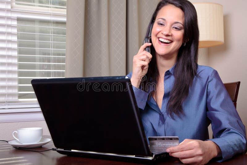 Frau am Telefon mit Kreditkarte stockfotografie