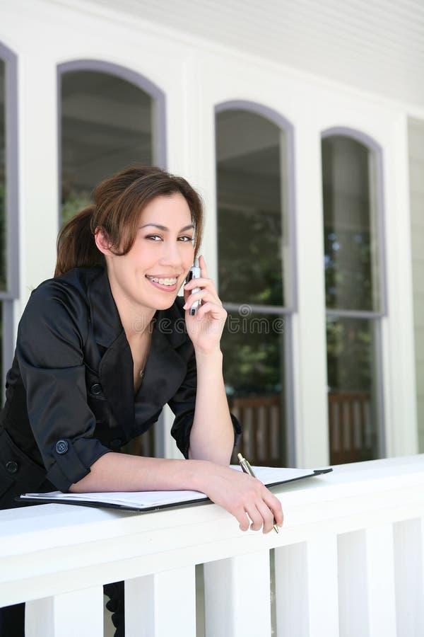 Frau am Telefon zu Hause lizenzfreie stockbilder