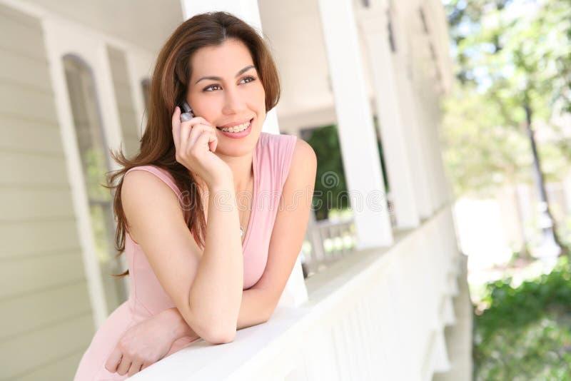 Frau am Telefon zu Hause lizenzfreies stockfoto