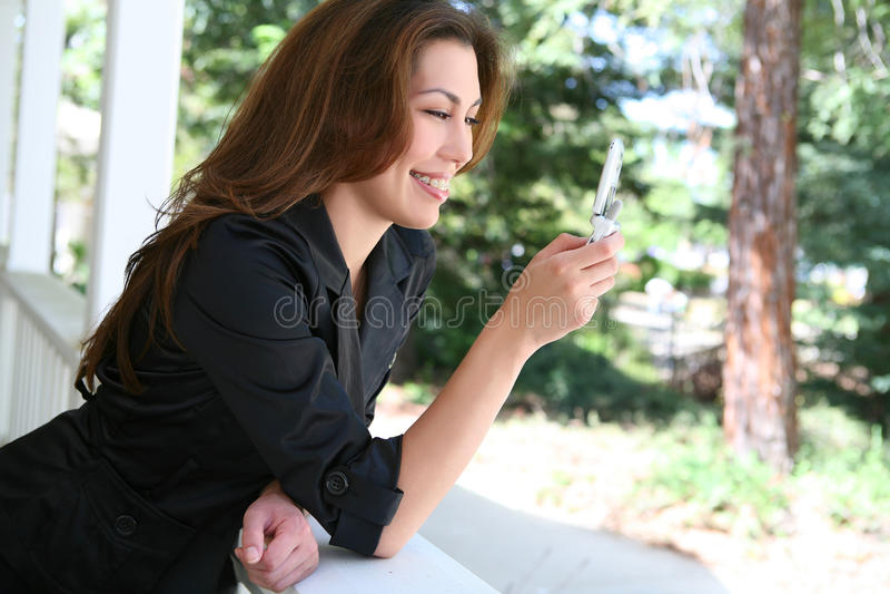 Frau Texting zu Hause stockbild
