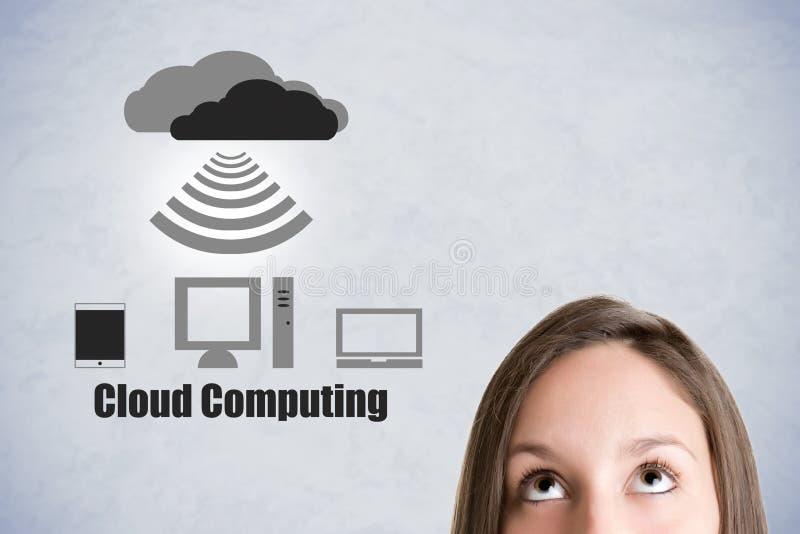 Frau Thiinking über die Wolken-Datenverarbeitung lizenzfreie stockfotografie