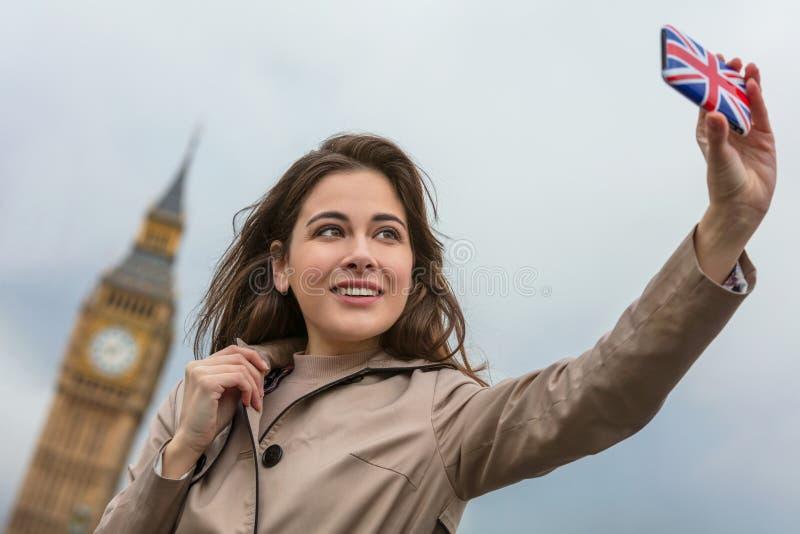 Frau touristisches nehmendes Selfie durch Big Ben, London, England stockfotos