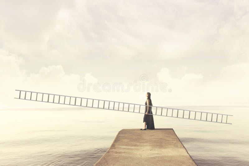 Frau trägt eine lange eingebildete Skala, um in den Himmel zu klettern stockfoto