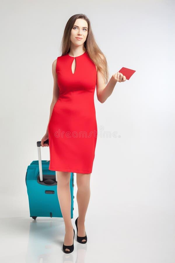 Frau trägt Ihr Gepäck am Flughafenabfertigungsgebäude stockbild