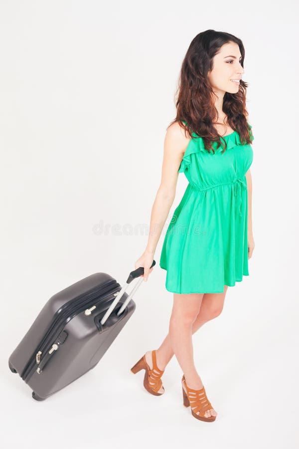 Frau trägt Ihr Gepäck am Flughafenabfertigungsgebäude lizenzfreie stockbilder